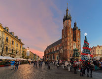 Marknadsfyrkanten av den gamla staden i Krakow dekorerade vid christmen Royaltyfria Foton