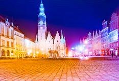Marknadsfyrkanten Rynek Ratusz i Wroclaw på natten arkivbilder