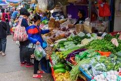 Marknadsgata i Kowloon, Hong Kong Royaltyfri Foto