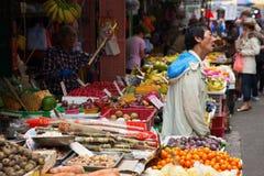 Marknadsgata i Kowloon, Hong Kong Fotografering för Bildbyråer