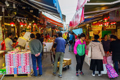 Marknadsgata i Kowloon, Hong Kong Royaltyfri Bild