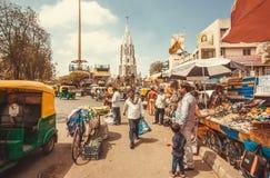 Marknadsgata med bilar, kläddiversehandel och rusakunder Royaltyfri Fotografi