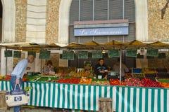 Marknadsgatan shoppar sälja frukter Arkivbilder