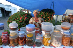 Marknadshandelsidkare i hennes stånd Fotografering för Bildbyråer