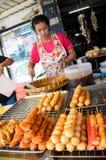 Marknadskvinna som säljer köttbullen. Arkivbilder