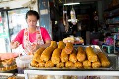 Marknadskvinna som säljer korvar. Royaltyfria Bilder