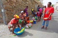 Marknadskvinnor som säljer frukter, grönsaker och fisken i Mindelo, SaoVicente ö, Kap Verde Fotografering för Bildbyråer