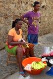 Marknadskvinnor som säljer frukter, grönsaker och fisken i Mindelo, SaoVicente ö, Kap Verde Royaltyfri Fotografi