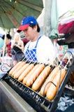 Marknadsman som säljer köttbullen. Arkivfoto