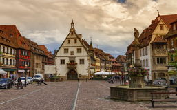 Marknadsplats i den Obernai byn, Alsace, Frankrike arkivbilder