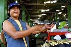 Marknadssäljare, peruansk amason med krokodilen Royaltyfria Bilder