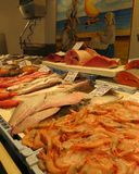 Marknadsställe i Torrevieja, med den till salu olika sorten av fisken Arkivfoton