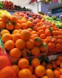 Marknadsställe i Torrevieja, Spanien, med många till salu frukter Royaltyfria Foton