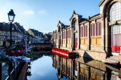 Marknadsyttersida i romantiska Colmar i Frankrike under vintertid royaltyfri fotografi
