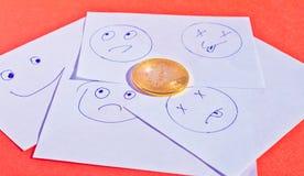 Markotni emoticons na nutowych majcherach i bitcoin Fotografia Stock