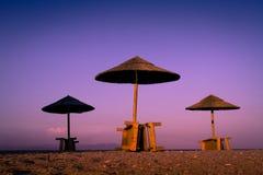 Markotny chłodzi pokojowy plaży i morza widok z sunshades przy zmierzchu chillout koloru rozszczepionym tonowaniem obrazy royalty free