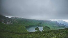 Markotny chmurny dzień przy jeziornym Schrecksee w Bawarskich, Niemieckich Alps, zbiory wideo