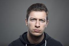 Markotny headshot portret potomstwa spęczenia mężczyzna patrzeje kamerę Zdjęcie Stock