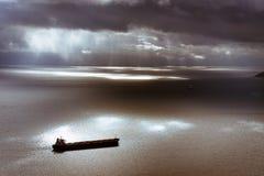Markotny niebo i morze śródziemnomorskie z statkiem opuszcza Gibraltar obrazy stock