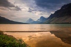 Markotny ranek przy Łęk jeziorem w Banff parku narodowym, Alberta Zdjęcie Stock