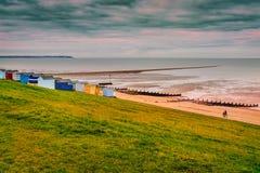 Markotny zimy niebo nad plażowymi budami naturalną mierzeją ziemia która rozciąga za morzu na plaży w Tankerton, Whitstable i, obraz royalty free