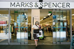 Marks and Spencer font des emplettes Photos libres de droits