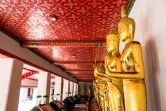 Markstein, Abschluss herauf schöne schwarze Buddha-Statue, stehende Buddha-Statue, goldener Statue Tempel Wat Pho in Asien Bankok Lizenzfreie Stockfotografie