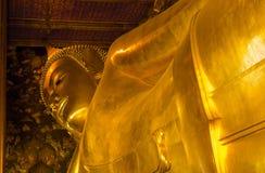 Markstein, Abschluss herauf schönen großen stützenden Buddha, goldener Statue Tempel Wat Pho in Asien Bankok Thailand lizenzfreie stockfotos
