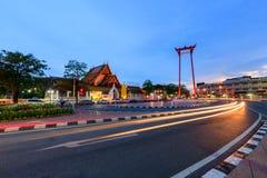 Markstein des riesigen Schwingens von Bangkok-Stadt in der Sonnenuntergangzeit mit Beleuchtungshinterverkehr Lizenzfreies Stockfoto