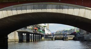 Markstein Hamburg - Säulengänge auf der Stadt Hall Square und Schleusentor Lizenzfreie Stockfotos