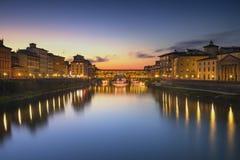 Markstein Ponte Vecchio auf Sonnenuntergang, alte Brücke, der Arno-Fluss in Flor Stockfoto