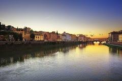 Markstein Ponte Vecchio auf Sonnenuntergang, alte Brücke, der Arno-Fluss in Flor Stockfotos