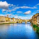 Markstein Ponte Vecchio auf Sonnenuntergang, alte Brücke, der Arno-Fluss in Florenz. Toskana, Italien. Lizenzfreie Stockbilder