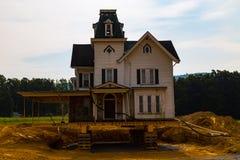 Markstein-viktorianisches Haus verschoben auf neuen Standort stockfoto