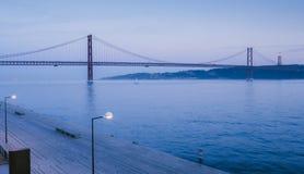 Markstein 25 von April-Brücke auf dem Tajo, Lissabon, Portugal stockbild