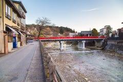 Markstein von Takayama, rote Brücke Lizenzfreies Stockfoto