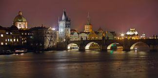 Marksteinanziehungskraft in Prag: Charles Bridge, Prag-Schloss, katholisches Heiliges Vitus Cathedral und die Moldau-Fluss- Tsche lizenzfreies stockfoto