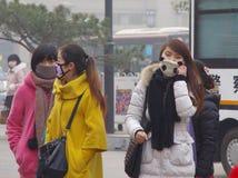 Marksteinturm Dunstes Chinas Xian noch taucht auf (Bürger und Touristenreise in den Masken, zum von Gesundheit zu schützen)