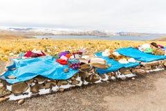 Markt auf Straße Cusco-Puno nahe Titicaca-See, Peru, Südamerika. Bunte Decke, Kappe, Schal, Stoff, Ponchos Lizenzfreie Stockbilder