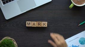 Markt, bedrijfsvrouw die woord van houten kubussen maken, vraag en aanbod, handel stock video