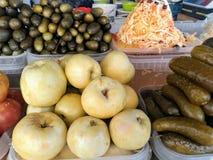 Markt conservó en vinagre las manzanas, tomates salados, pepinos conservados en vinagre, chucrut foto de archivo