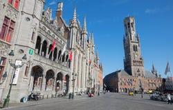 Markt de Brujas - de Grote con la furgoneta Brujas de Belfort y el edificio de Provinciaal Hof Fotografía de archivo