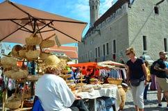 Markt in de hoofdstad van Estland Tallinn bij de Stad Hall Square i stock fotografie