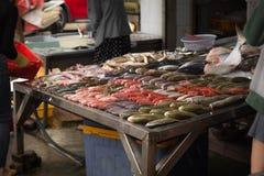 Markt der frischen Fische und der Meeresfrüchte auf der Straße stockfotografie