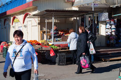Markt an der Straße im Wohnviertel des St Petersburg, Russland Lizenzfreies Stockfoto
