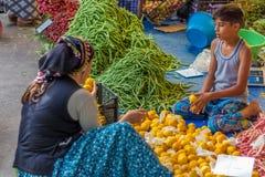 Markt des Verkäufers der jungen Frau öffentlich Stockbild