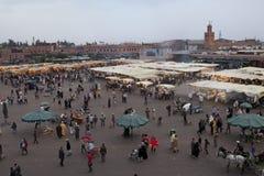Markt Djemaa EL-Fna im frühen Abend Lizenzfreie Stockfotografie