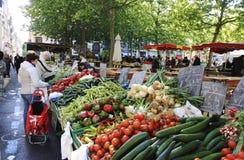 Markt in einer kleinen Stadt in Frankreich Stockbild