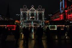 Markt Hamburgo de la Navidad en el cuadrado del ayuntamiento Fotografía de archivo libre de regalías