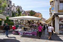 Markt im Freien währenddessen zu Rialto-Brücke in Venedig Lizenzfreies Stockfoto